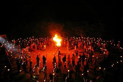 大晦日の晩に平和を祈り、鐘を衝く「摩文仁・火と鐘のまつり」