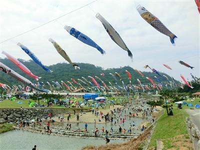 河川敷で自然を満喫!国頭村で、「第30回奥ヤンバル鯉のぼり祭り」