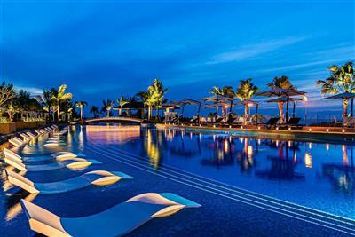 沖縄県民に人気があるプール11選!夕方以降も泳げる、ライトアップ