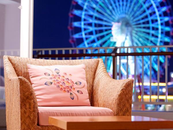 窓の向こうには煌めく街の灯り♪恋人や夫婦で泊まりたい夜景が見えるホテルの客室