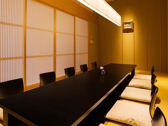 ご家族でのお祝いなど、大切なお集まりにご利用いただける個室も完備