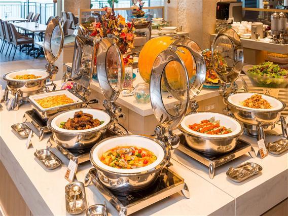 和洋・沖縄料理を取り揃えた、品数豊富なラインナップが自慢