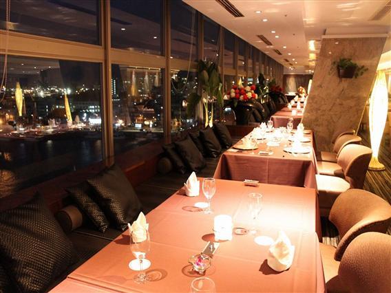 ディナータイムはサンセットやベイサイドの夜景が美しい窓際の席が人気