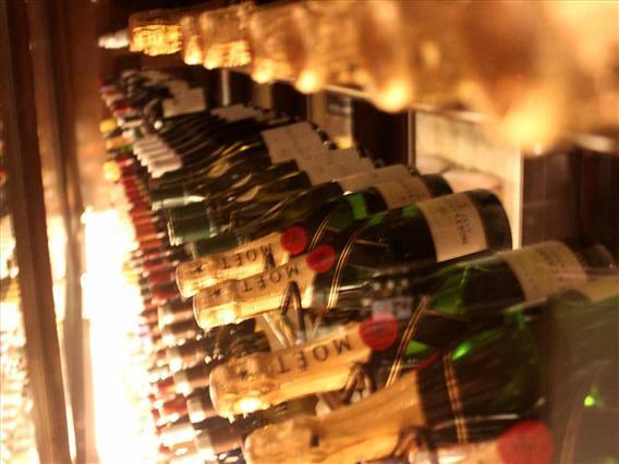 シチュエーションに合わせ選べるソムリエ厳選ワインは300本以上を常備