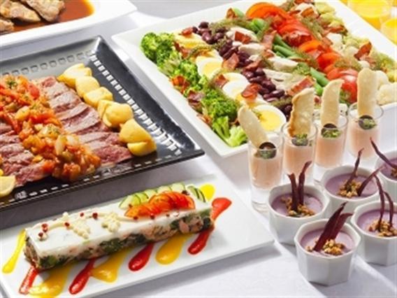 世界5か国以上の料理が並ぶディナーバイキング