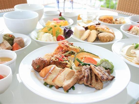 旬の食材を使った料理が並ぶ。