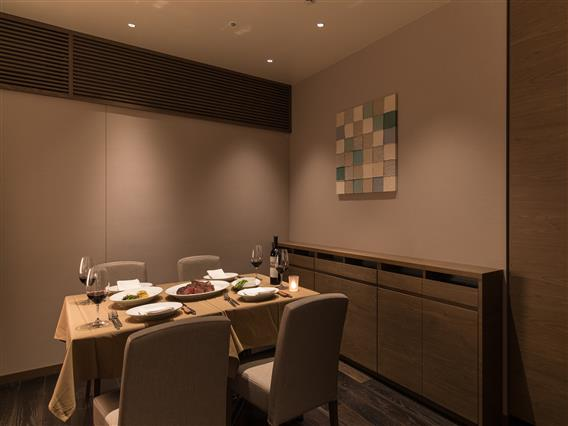 レストランには最大12名様までご利用可能な個室がございます。